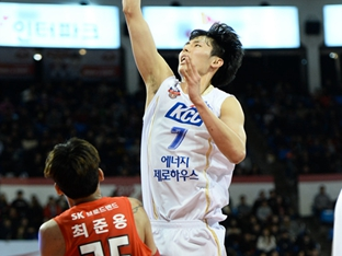 "KCC의 희망 송교창, ""체력 보충? 잠이 최고"""