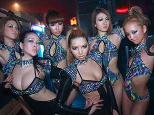 파격 의상과 퍼포먼스로 화제인 日 댄스팀