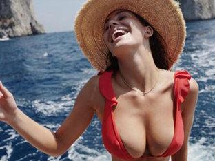 '레오나르도 디카프리오♥' 카밀라 모로네, 파격적 비키니 자태