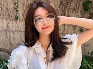 최수영, 독특한 선글라스로 뽐낸 러블리한 룩