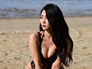 D컵의 걸크러쉬 리더 보미, 블랙 모노키니로 최강 섹시 걸그룹의 자태 뽐내