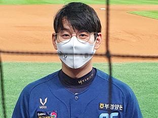 """[현장談] 2경기 연속 홈런 김성욱 """"태어나서 처음 안경 껴봤어요"""""""