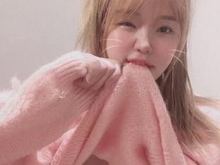 민한나, 니트 입에 물고 셀프 속옷 공개