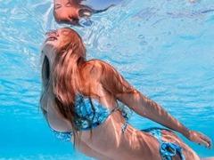 비키니 입은 여자, 물 속에 자유로운 자태
