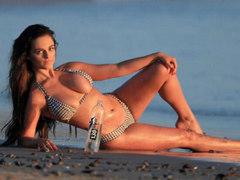 유명 모델들, 해변서 비키니 쩍벌 포즈 아찔하네