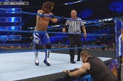 WWE 스맥다운 937_링 밖의 케빈 오웬스에게 날리는 플라잉 포암(AJ스타일스, 케빈 오웬스)
