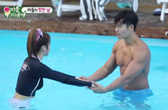 김종국, 홍진영에 1 대 1 수영 강습 '꼬옥 잡은 손'